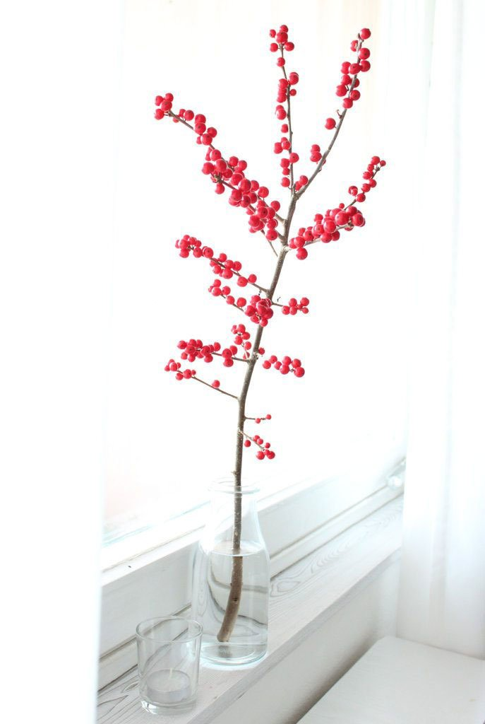Winterdeko: Zweig mit roten Beeren