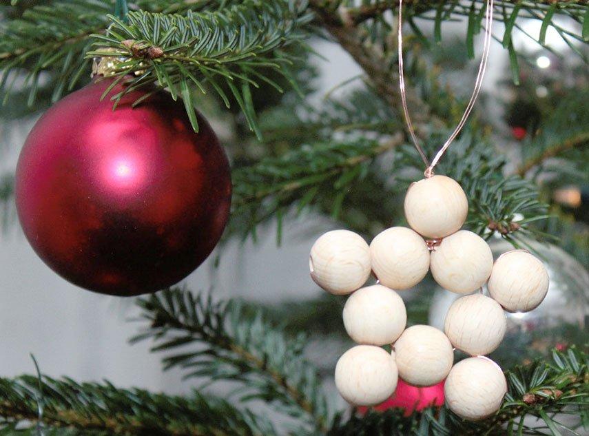 Sterne aus Holzkugeln für den Weihnachtsbaum basteln
