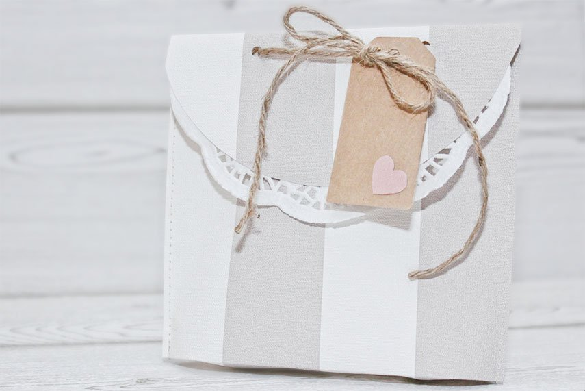 Geschenktüten aus Tapetenresten nähen