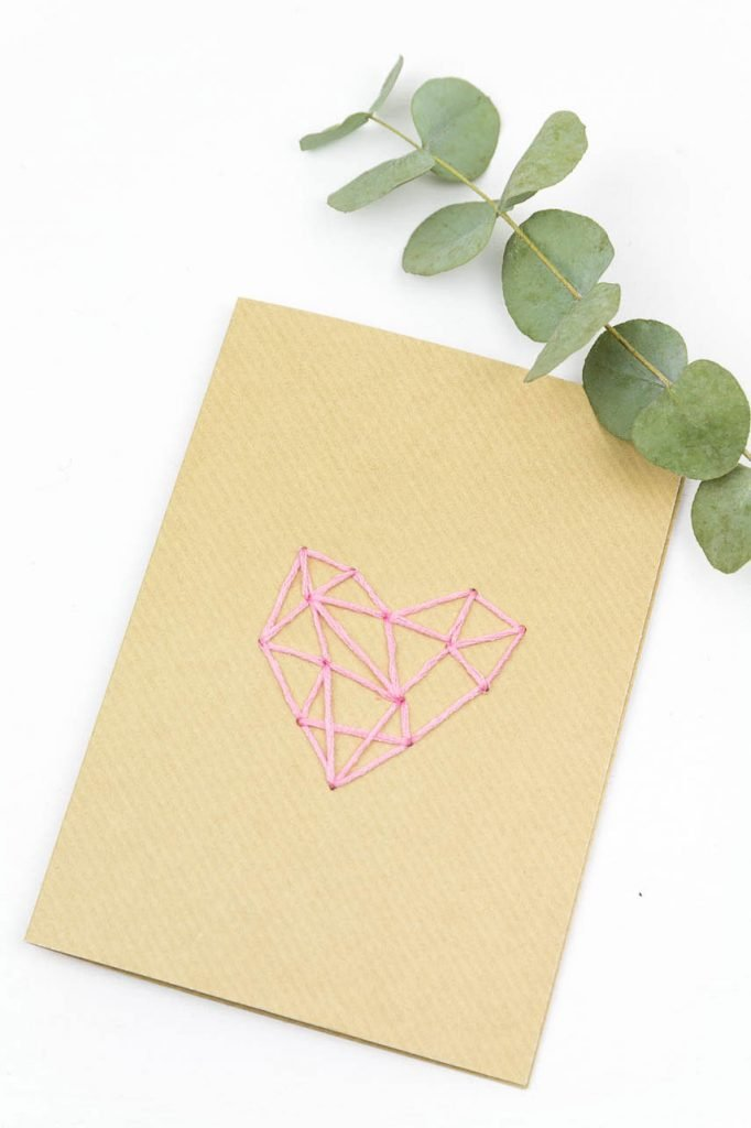 Karten zum Valentinstag basteln - so einfach kannst du eine Karte aus Kraftpapier mit einem Herz besticken