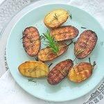 vegetarische Grillparty: gegrillte Kartoffeln, Feta Päckchen, gegrillter Spargel
