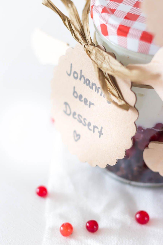 Schichtdessert mit Johannisbeeren und Schokolade im Glas - perfekt für ein Picknick