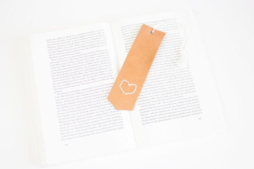 DIY Geschenk: Lesezeichen aus Leder basteln