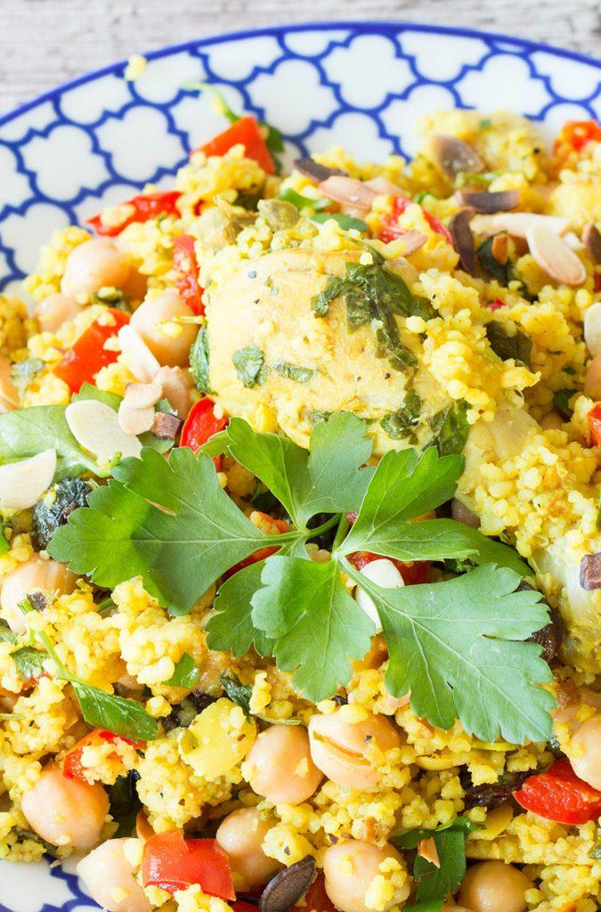 Rezept für eine frische Tajine mit Hähnchen, Couscous, Kichererbsen, Rosinen und frischem Koriander
