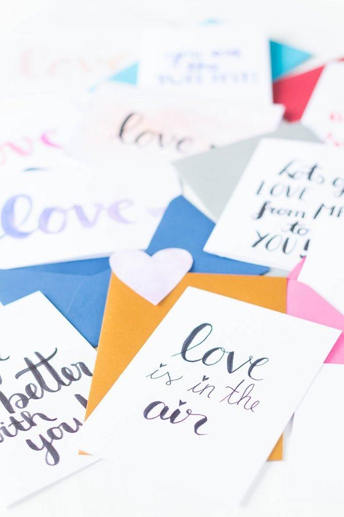 Karten zum Valentinstag basteln mit Wasserfarbe und Handlettering