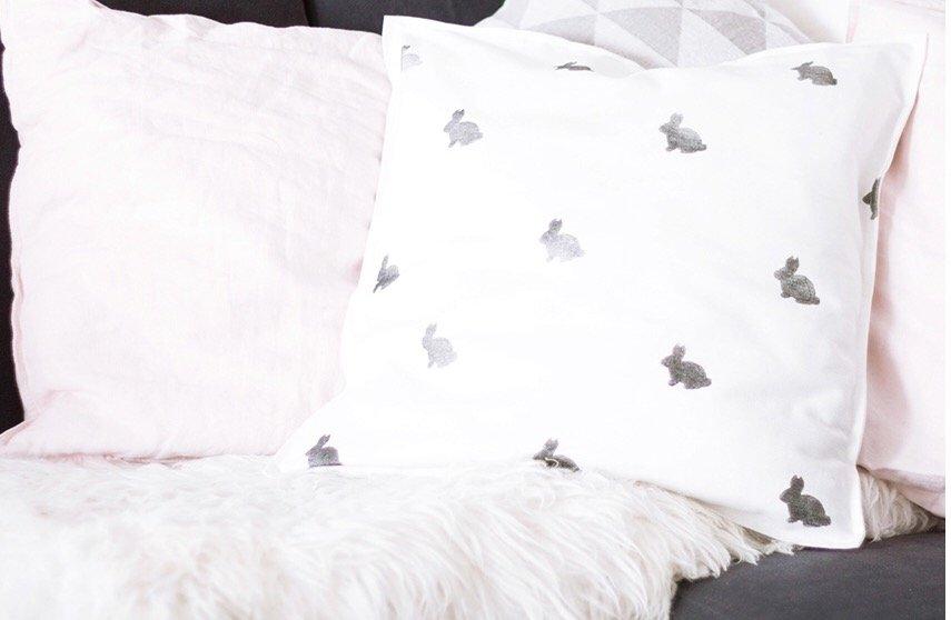 diy osterhasen kissen n hen und stoff selber bedrucken ars texrura. Black Bedroom Furniture Sets. Home Design Ideas