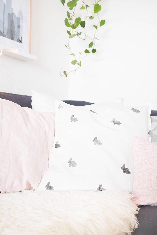 Nähen Anleitung: Hasen Kissen nähen - perfekt für die DIY Osterdeko im Wohnzimmer | Osterdekoration basteln | Bastelideen Ostern - ars textura DIY Blog