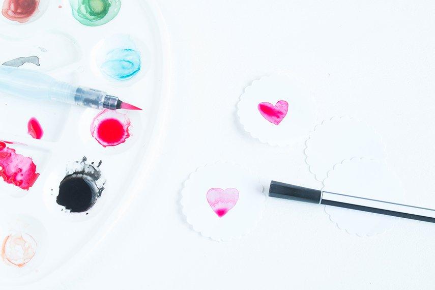 Etiketten mit Herzchen aus Wasserfarbe