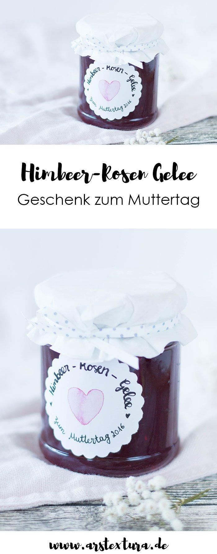 DIY Geschenk zum Muttertag: Himbeere-Rosenwasser-Rosen Gelee ist ein tolles DIY Geschenk aus der Küche über das sich deine Mutter sicher freut. Die leckere Himbeere-Rosenwasser-Marmelade wird mit einem Schuss Rosenwasser verfeinert und bekommt so ihr einzigartiges Aroma. | ars textura - DIY Blog