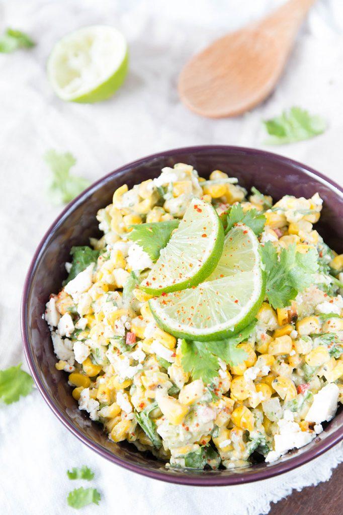 Avocado-Maissalat mit Feta als sommerliche Grillbeilage
