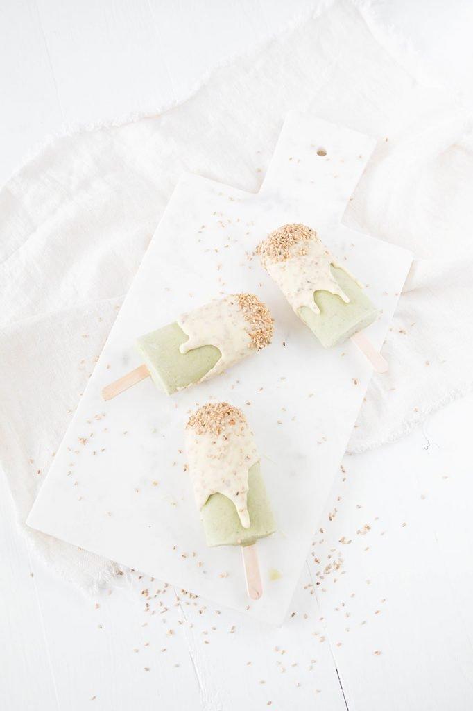 Matcha Eis mit Sesamkruste