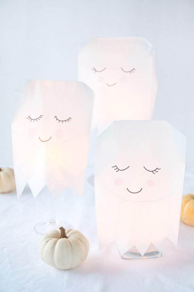 leuchtende Halloween Geister basteln - DIY illuminated Halloween ghots made of paper bags