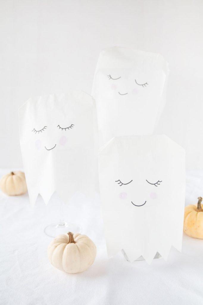 Halloween Geister Lampen aus Papiertüten basteln