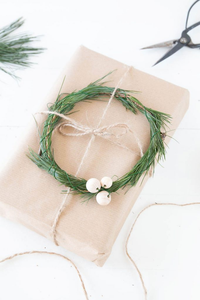 Geschenke mit kleinen Kränzen verzieren - DIY christmas wreath