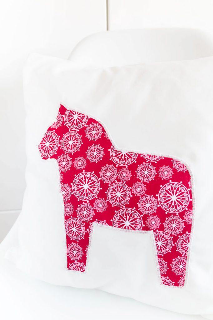 Einfaches Kissen mit Dalarna Pferd nähen - die perfekte Deko für ein skandinavisches Weihnachtsfest