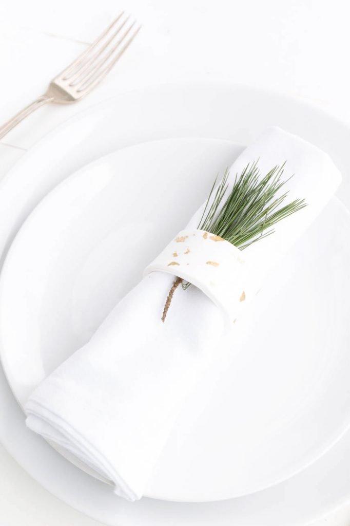 Serviettenringe aus Fimo und Blattgold basteln - perfekt für die weihnachtliche Tischdeko