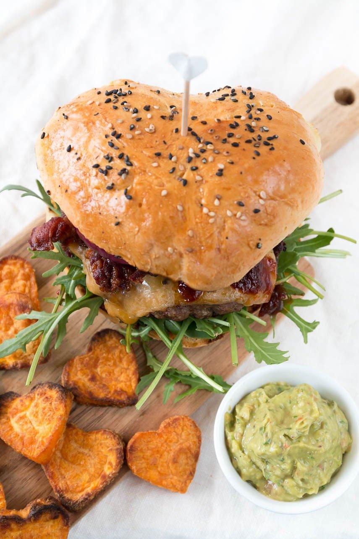 Selbstgemachte Burger und Süßkartoffel Pommes - der perfekte Männerburger für den Valentinstag oder zum Vatertag