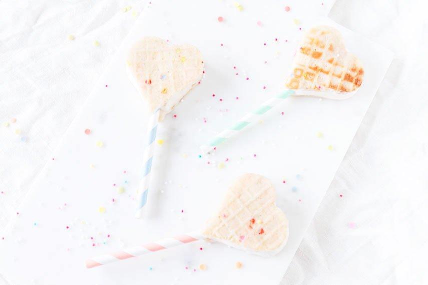 Selbstgemachte Eis-Sandwich-Pops und Konfetti Eiswaffeln