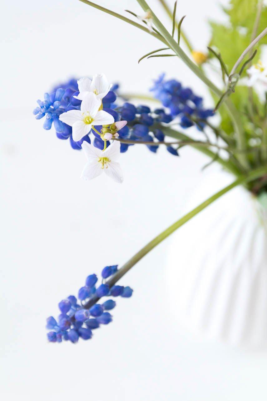 Frühlingsblumen als Tischdeko zu Ostern - Perlhyazinthen