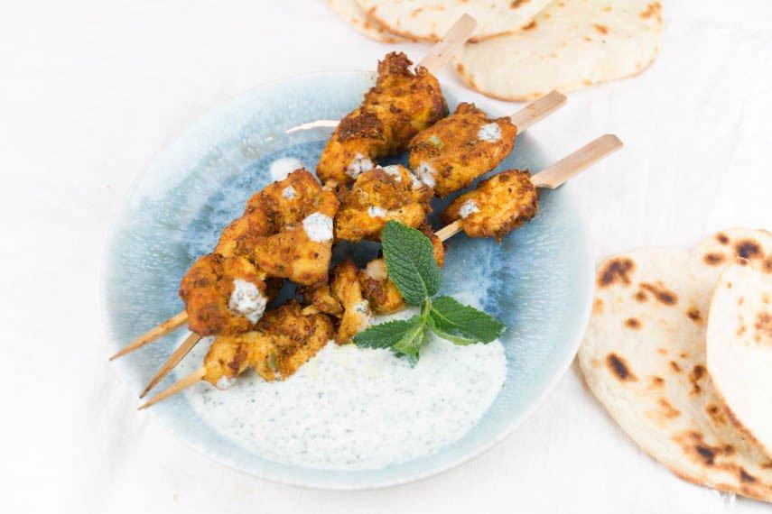 Indische Tikka Hähnchen Spieße mit Minze-Joghurt Sauce