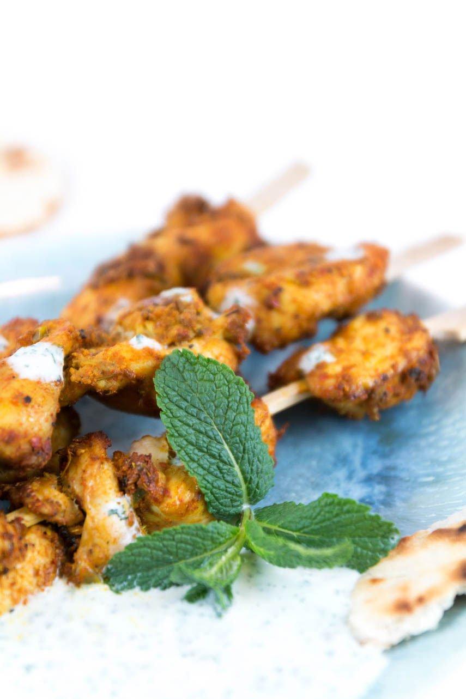 Curry Hähnchen Spieße mit Minze-Sauce