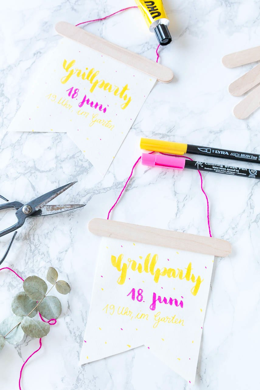 Wimpel aus Papier und Holzspachteln bauen - einfache DIY Einladungskarten basteln