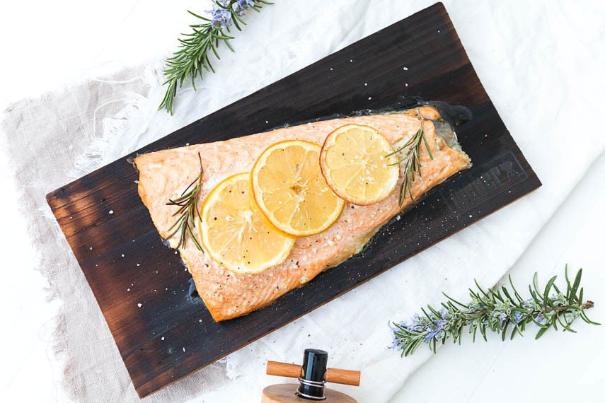 Lachs auf der Planke grillen