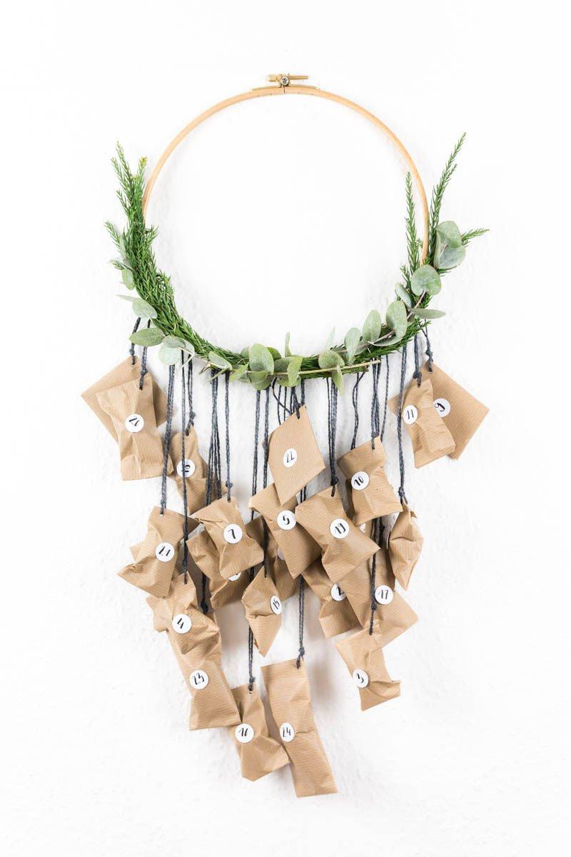 Adventskalender basteln | schlicht und einfach aus Stickrahmen und Eukalyptus