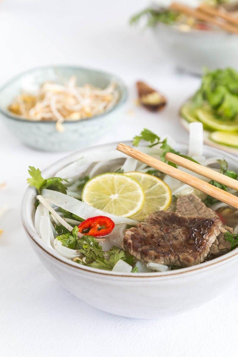 Vietnamesische Pho Bo mit Zitronengras und Koriander
