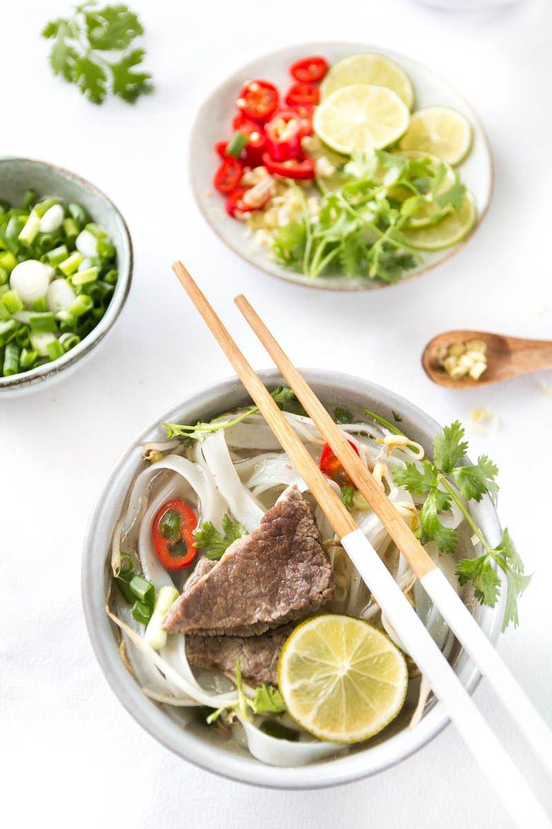 Pho Bo Suppe mit Koriander, Rindfleisch und Zitronengras