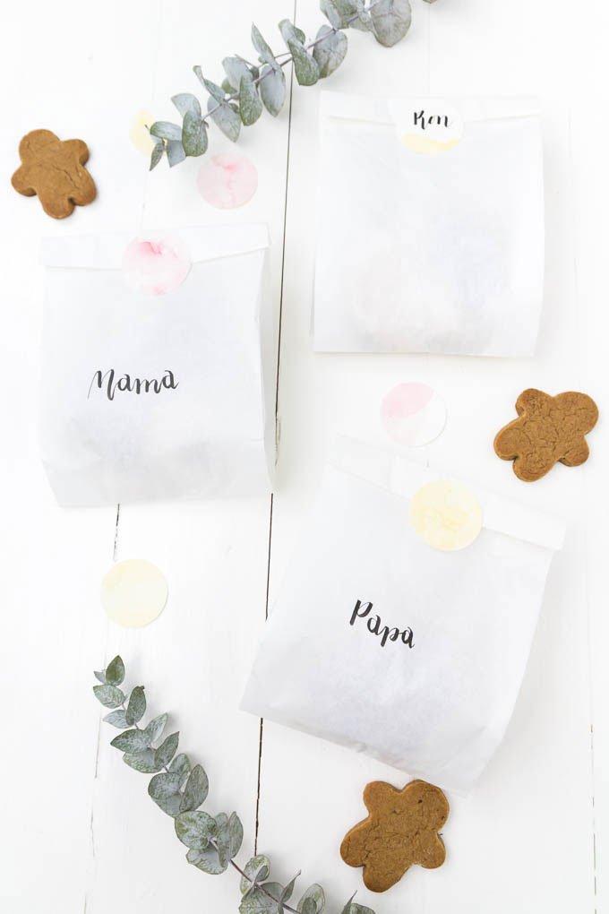 Plätzchen verschenken - Papiertüten mit Handlettering und Aquarellfarben verzieren