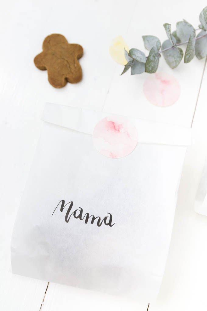 Plätzchen verschenken - ein tolles DIY Geschenk für Weihnachten - Papiertüten mit Handlettering verzieren
