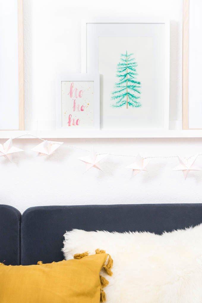 Weihnachtliches Wohnzimmer im Scandi Look mit selbstgemalten Aquarellbildern | DIY Blog ars textura