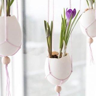 Ostern Dekoration basteln: Makramee Ostereier fürs Fenster mit Frühlingsblumen