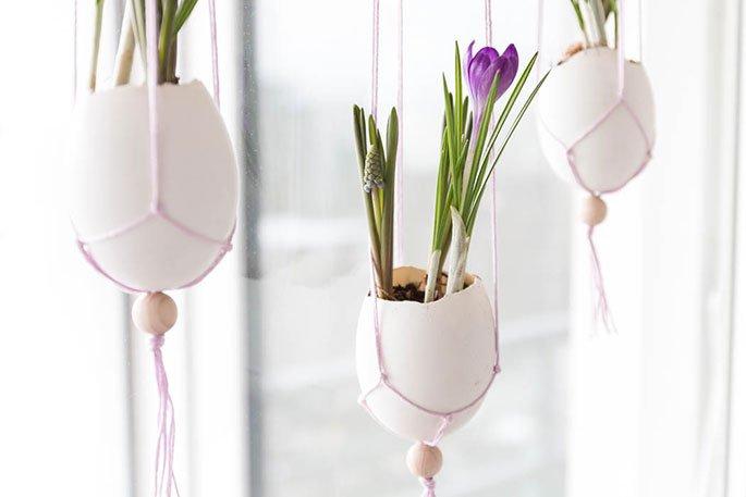 Ostern Dekoration basteln: Makramee Ostereier fürs Fenster mit Frühlingsblumen | ars textura - DIY Blog