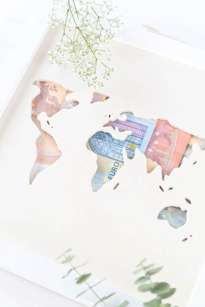 Geldgeschenk zur Hochzeit basteln: Weltkarte aus Holz im Bilderrahmen (Ikea Hack) - Das perfekte DIY Geschenk für Weltenbummler und die Flitterwochen | ars textura - DIY Blog