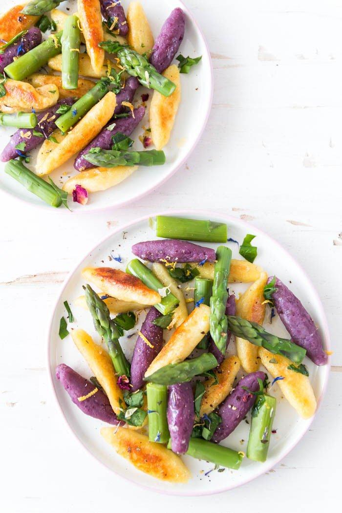 Frühling Rezept: Schupfnudeln mit grünem Spargel und Bärlauch: das Besondere sind die lila Schupfnudeln, denn lila Essen ist der Foodtrend 2018! Aus Ube-Wurzel oder lila Süßkartoffeln könnt ihr leckere Schupfnudeln einfach selber machen | ars textura - DIY Blog