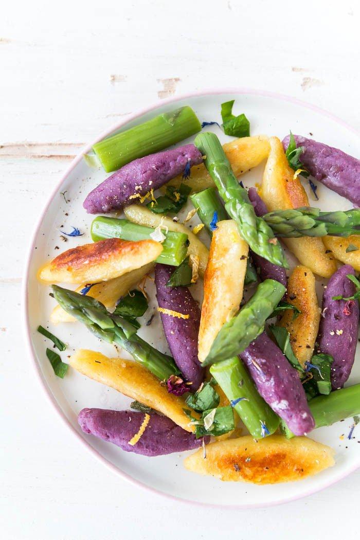 Schupfnuden mit grünem Spargel und Bärlauch - das perfekte Rezept für den Frühling. Ultraviolett ist die Trendfarbe 2018 - da kommt die lila Süßkartoffel alias Ube-Wurzel gerade recht. Daraus könnt ihr leckere Schupfnudeln selber machen und eure Gäste mit einem besonderen Hingucker überraschen. | ars textura - DIY Blog