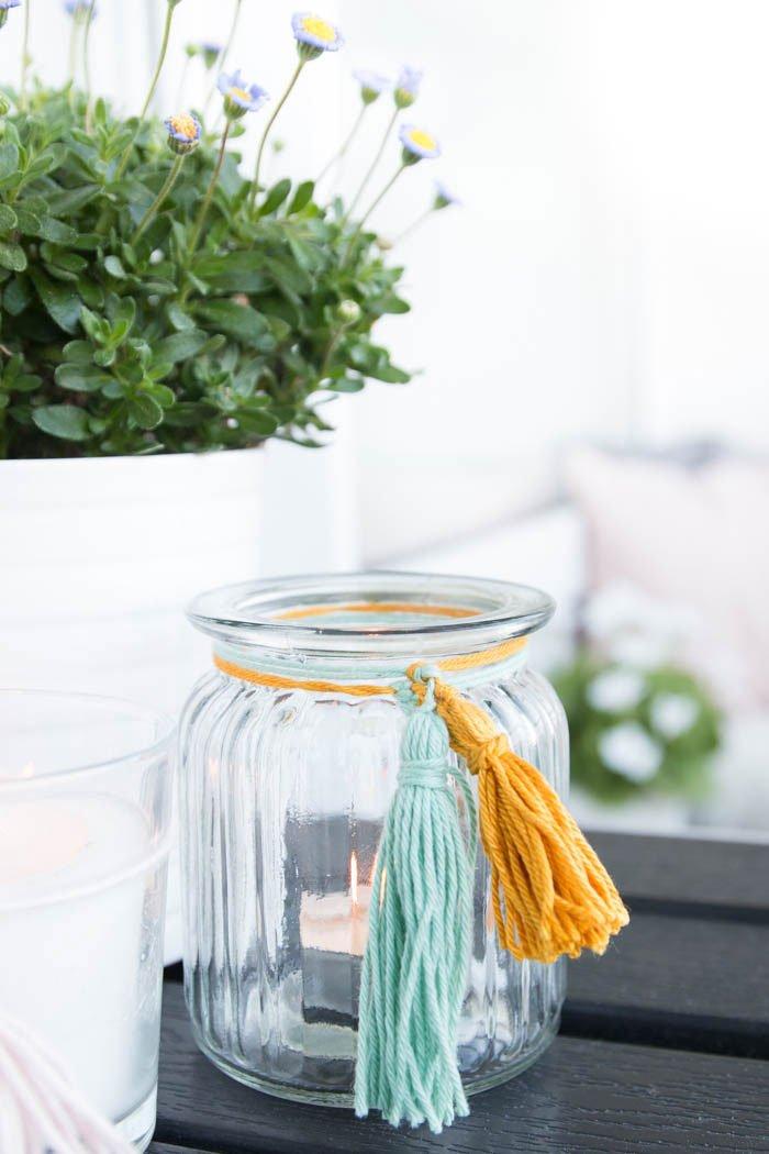 DIY Windlichter mit bunten Quasten sind die perfekte Deko für deine Sommerparty. Mit meiner Video-Anleitung gelingt dir die schöne Beleuchtung ganz sicher. | ars textura - DIY Blog