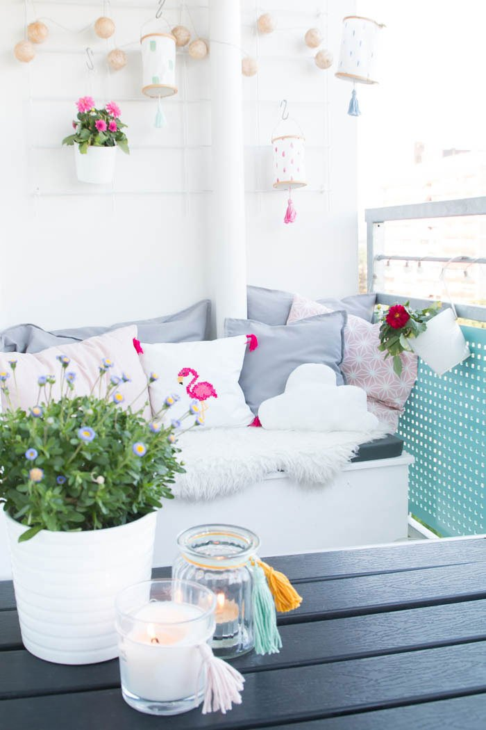 Windlichter für den Balkon selber machen - Windlichter mit bunten Quasten verzieren und den Balkon dekorieren | ars textura - DIY Blog