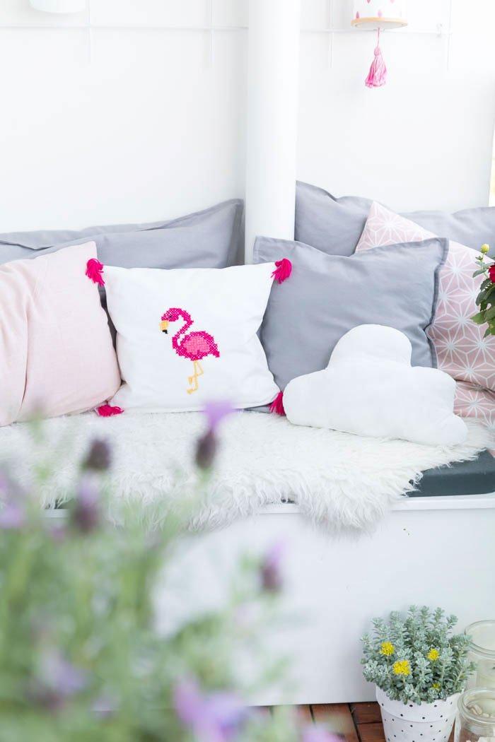 Einfaches Kissen für Anfänger nähen - Mit selbstgemachten Kissen wird der Balkon richtig gemütlich. In meiner Video-Anleitung zeige ich dir, wie einfach du ein Kissen mit Hotelverschluss nähen kannst. | ars textura DIY-Blog und DIY-Ideen