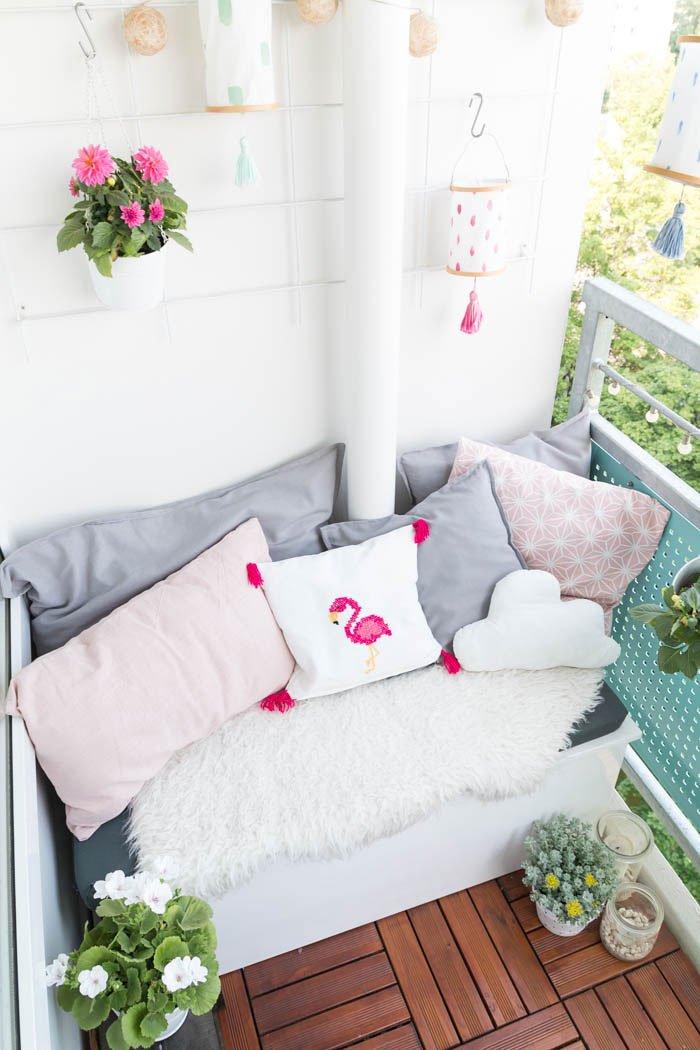 Gemütliche Sitzecke auf dem Balkon & Einfaches Kissen für Anfänger nähen - Mit selbstgemachten Kissen wird der Balkon richtig gemütlich. In meiner Video-Anleitung zeige ich dir, wie einfach du ein Kissen mit Hotelverschluss nähen kannst. | ars textura DIY-Blog und DIY-Ideen