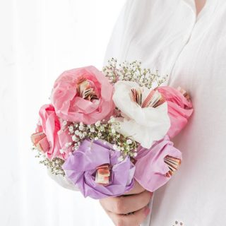 Geschenk zur Hochzeit basteln – Blumen aus Papier und Geldscheinen selber machen | Geldgeschenk Hochzeit - ars textura - DIY-Blog und DIY Ideen
