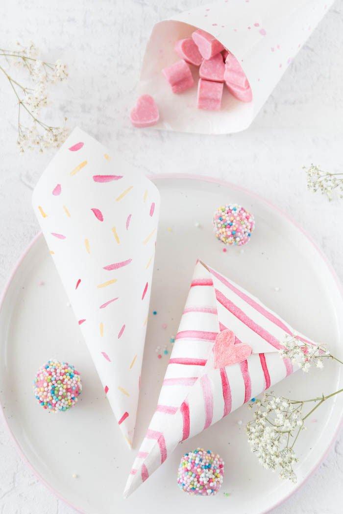 Bonbontüten basteln aus einfachem Papier - DIY Geschenk zum Muttertag basteln | ars textura - DIY Blog