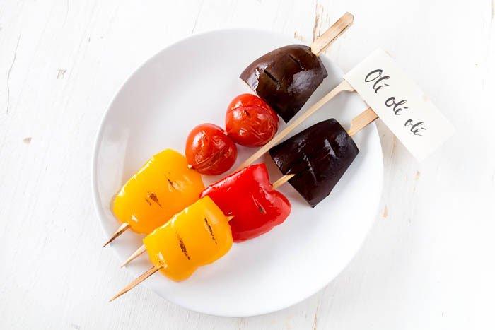 Grillspieße in Deutschland-Farben sind der perfekte Snack für deine WM-Party. Mit Auberginen, Tomaten und Paprika könnt ihr sie ganz leicht machen. | ars textura - DIY Blog