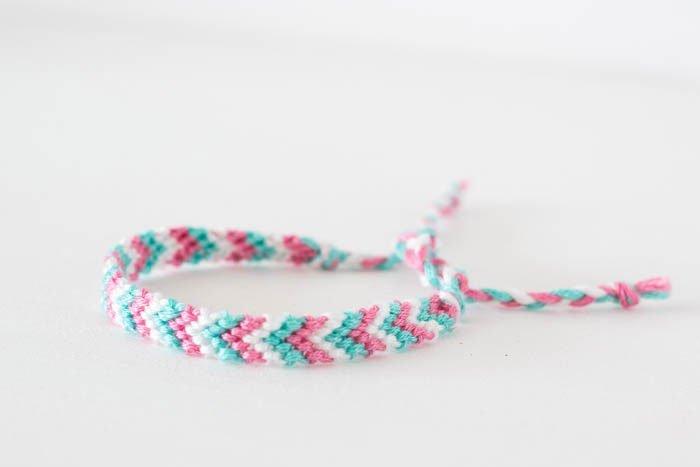 DIY-Ideen für die Ferien: Armband knüpfen