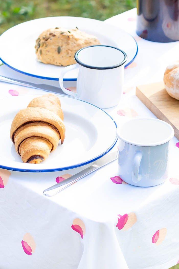 Tischdecke selber machen: einfache Decke nähen und bemalen