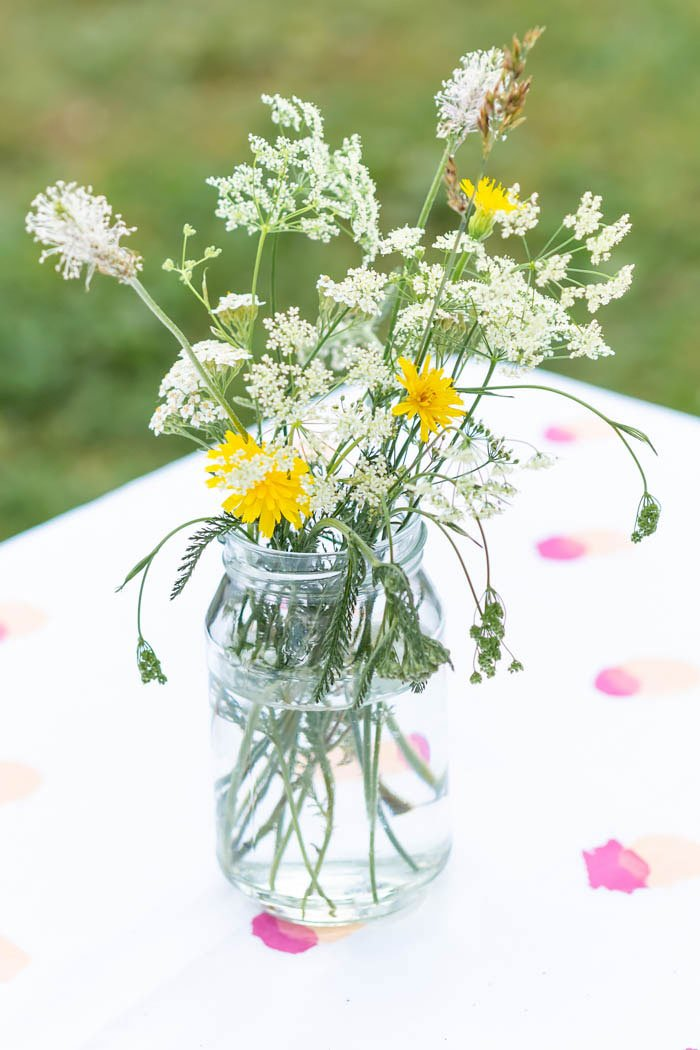 Wildblumen und DIY selbstgemachte Tischdecke
