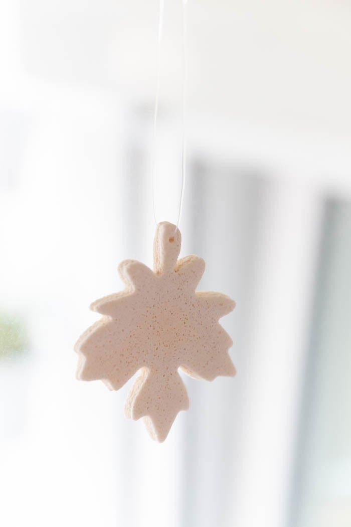 Herbstdeko aus Salzteig basteln - Blätter als Deko fürs Fenster