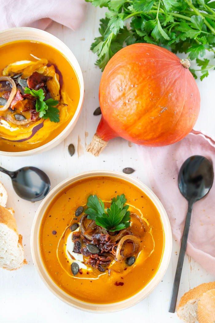 Rezept Kürbissuppe kochen: Feurige Kürbissuppe mit Bacon und karamellisierten Zwiebeln